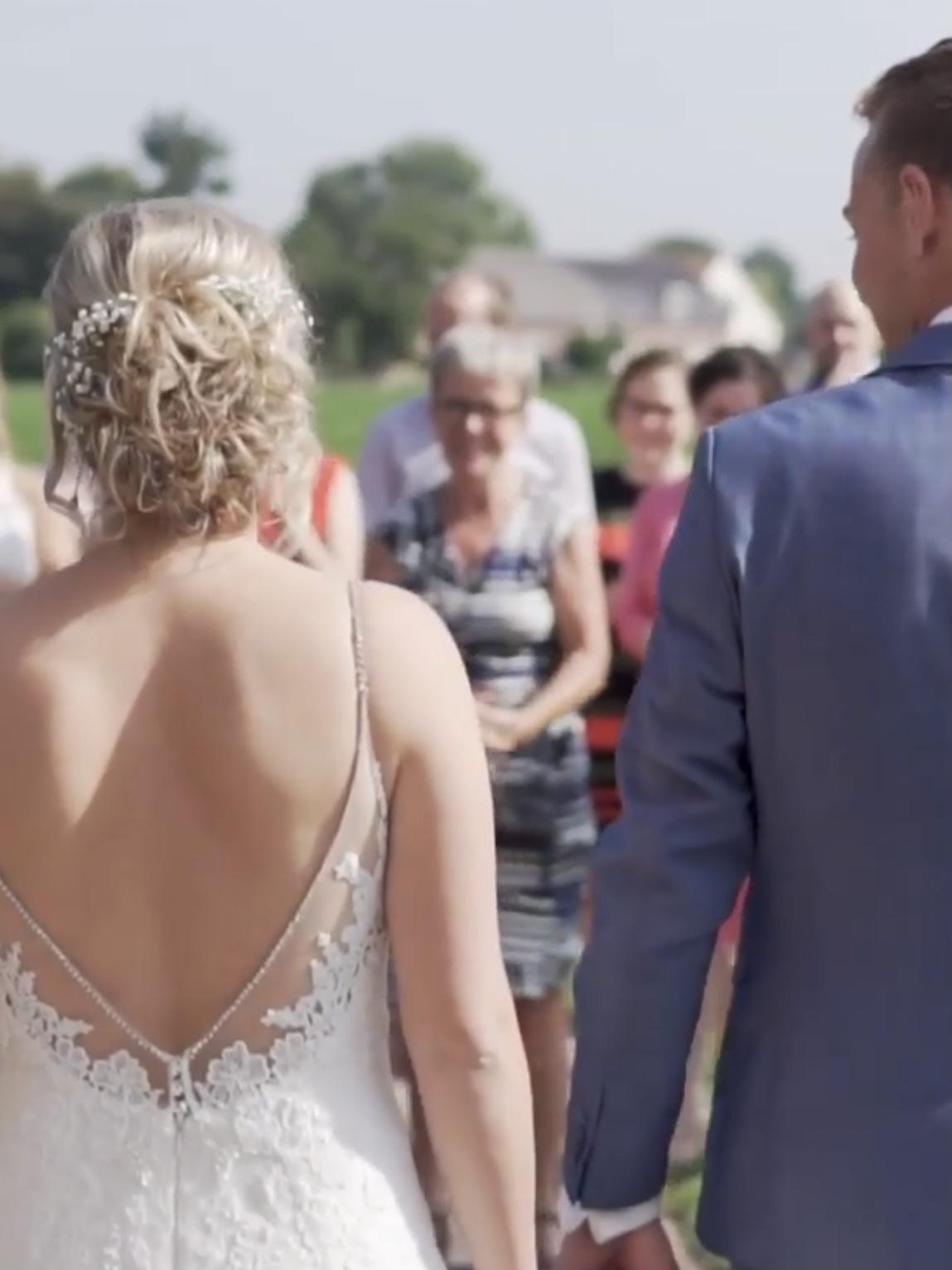 Familie feliciteert het bruidspaar